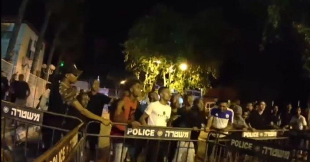 הפגנה של צעירים מן העדה נגד המשטרה