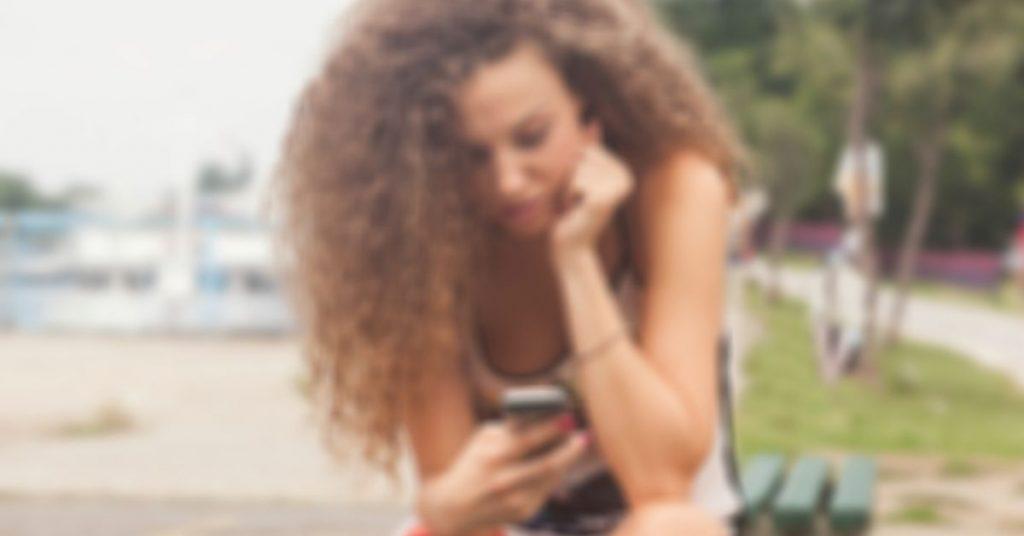 נערה בטלפון